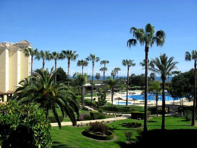 islacristina islantila huelva - Sugerencias refrescantes para el verano: 19 pisos con piscina en la ciudad o junto al mar