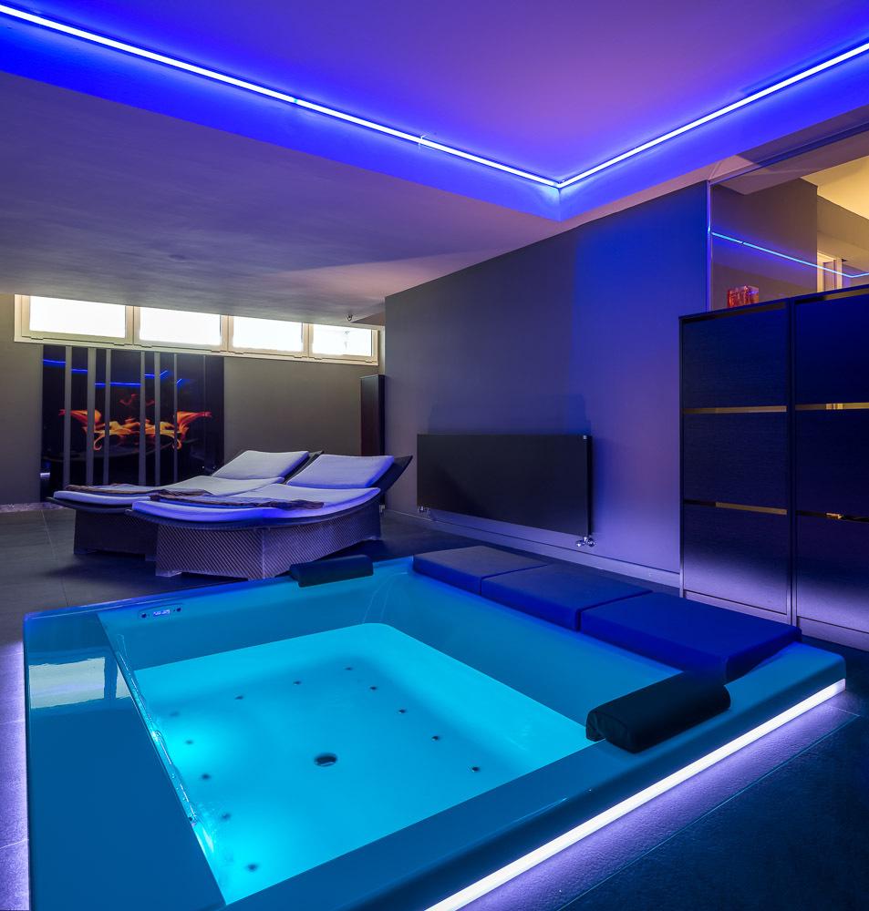 jacuzzi - Casa en Alella (Barcelona), de diseño minimalista y piscina primaveral