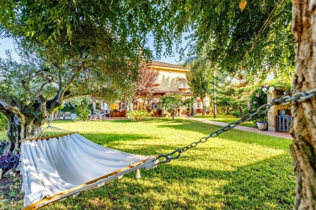 Bonito chalet en sevilla con un espectacular jard n lleno de rboles frutales y piscina for Chalet de jardin bretagne