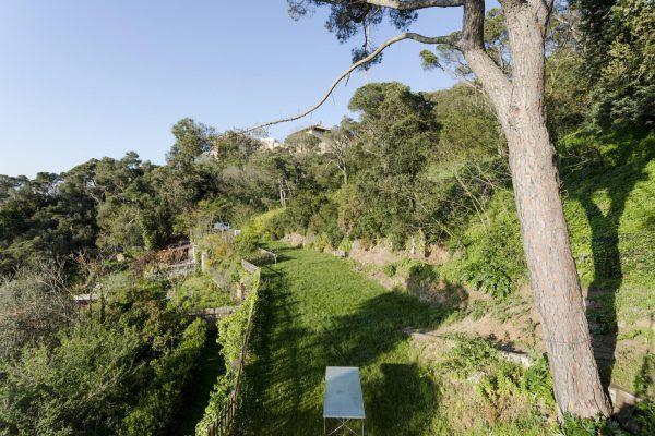 jardin 2 1 600x400 - Acogedora casa en lo más alto de las montañas de Barcelona