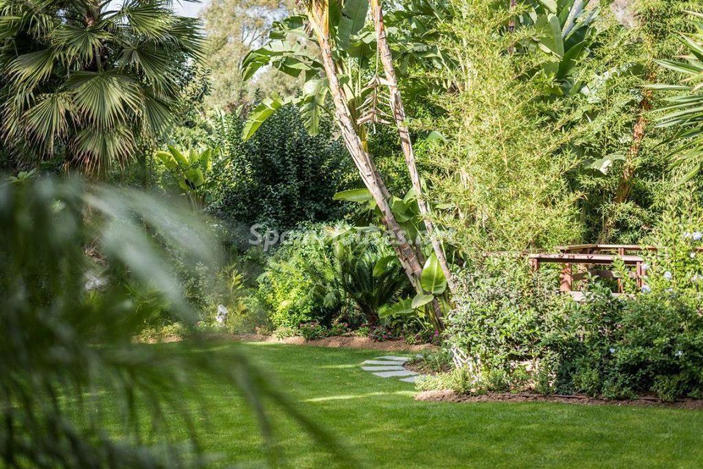 jardin 2 1024x683 - Fantástica villa escondida entre los campos de golf de Nueva Andalucía, Marbella (Málaga)