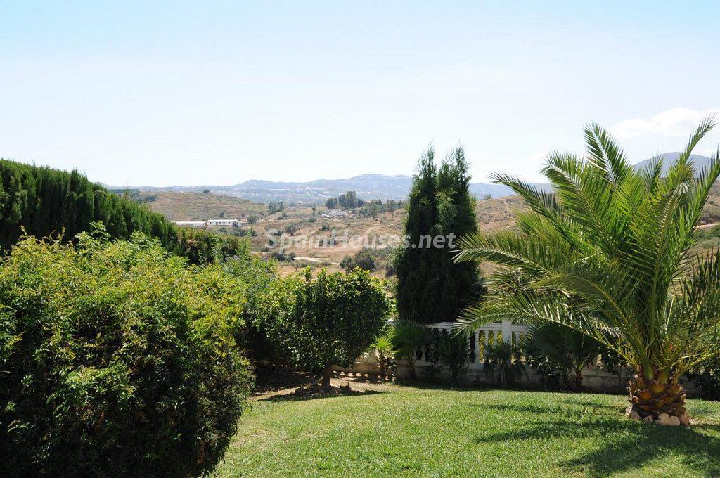 jardin 4 1024x680 - Coqueta villa en Mijas Golf (Costa del Sol, Málaga), con piscina y un bonito porche para disfrutar