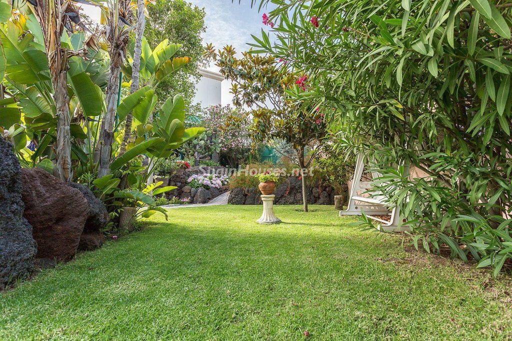 jardin 5 1024x682 - Lujosa serenidad clásica en una espectacular casa en Las Palmas de Gran Canaria