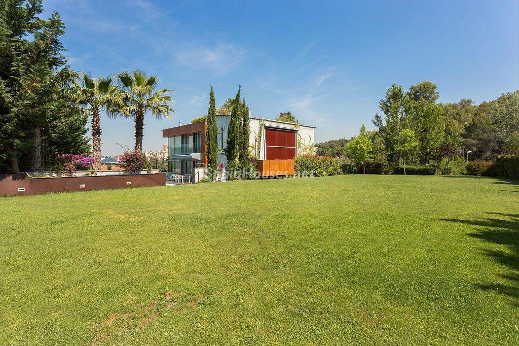 jardin exterior 1 1024x682 - Chalet en la Sierra de Collserola (Barcelona): lujo y diseño para disfrutar