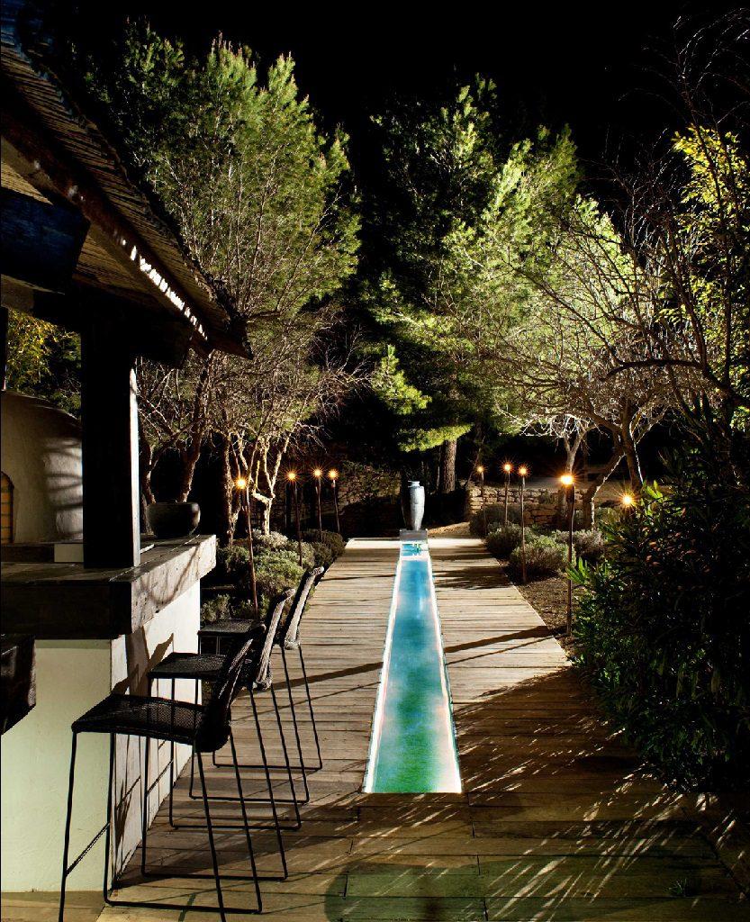 jardin nocturna 1 833x1024 - Casa rústica y moderna en Ibiza (Baleares): diseño mediterráneo que enamora