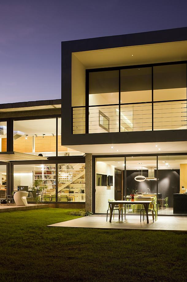 jardin nocturna - Luz, volumen y espacio en una fantástica casa en el Pinar del Grao, Castellón de la Plana