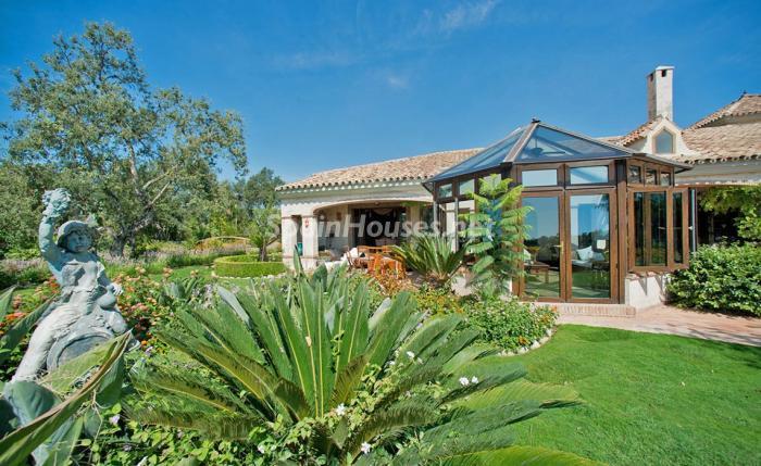 jardin1 2 - Espectacular villa llena de romanticismo, elegancia y lujo en Benahavís (Costa del Sol)