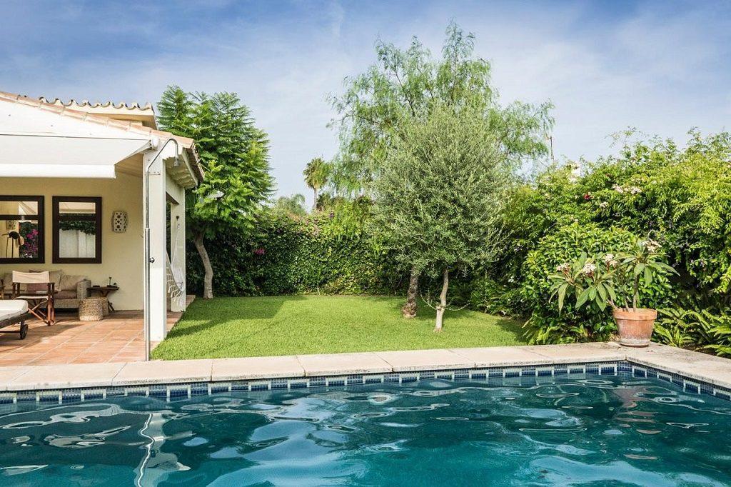 Acogedora casa con jardín y piscina en Cancelada, Estepona (Málaga)