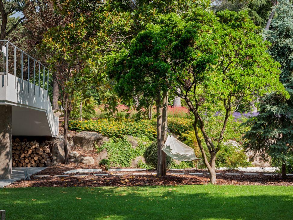 jardin11 - Genial toque otoñal y minimalista en una fantástica casa en La Moraleja (Alcobendas, Madrid)