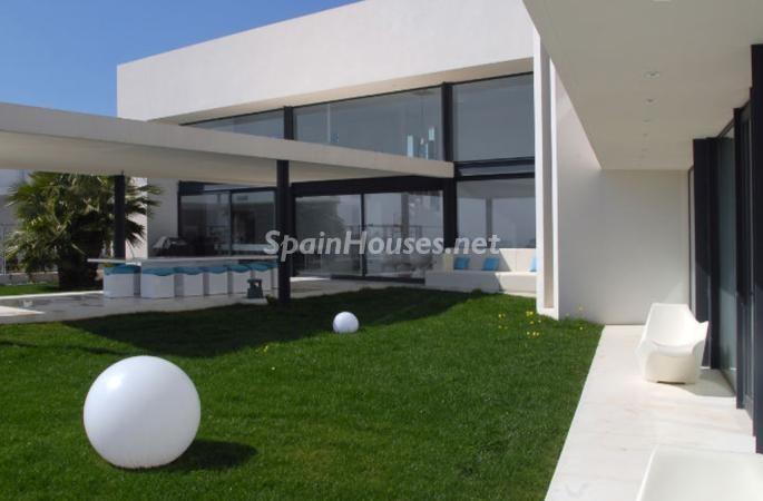 jardin7 - Moderna y espectacular villa diseño en Es Cubells (San José, Ibiza)
