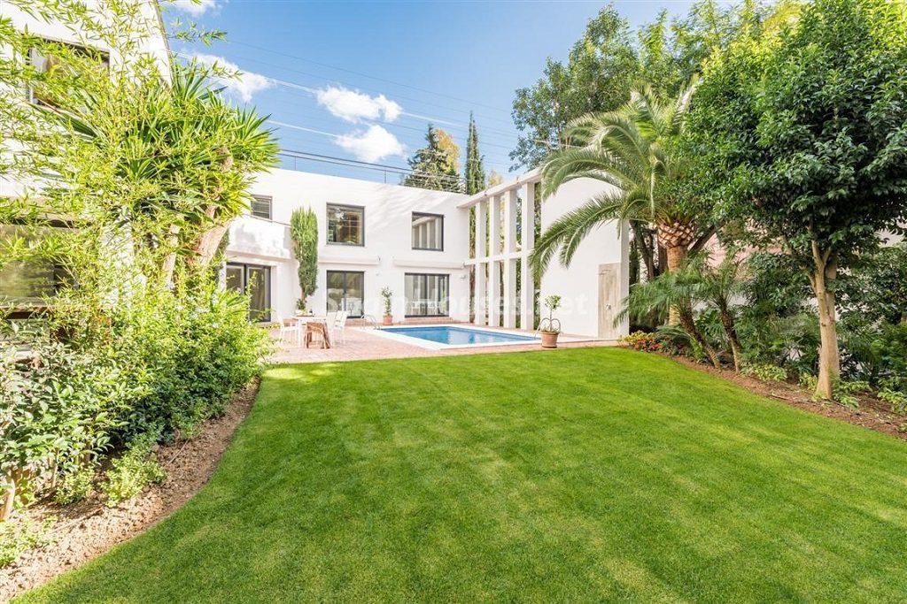 jardinycasa 1 1024x683 - Fantástica villa escondida entre los campos de golf de Nueva Andalucía, Marbella (Málaga)
