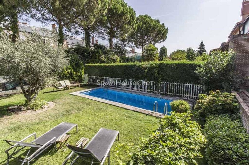 jardinypiscina 1 1024x681 - Precioso chalet en Boadilla del Monte: un remanso de paz a solo 16 km de Madrid