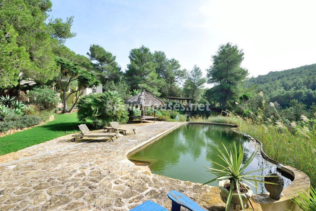 jardinypiscina 3 1024x685 - Lujo rústico, naturaleza y encanto en una romántica villa en San José, Ibiza (Baleares)