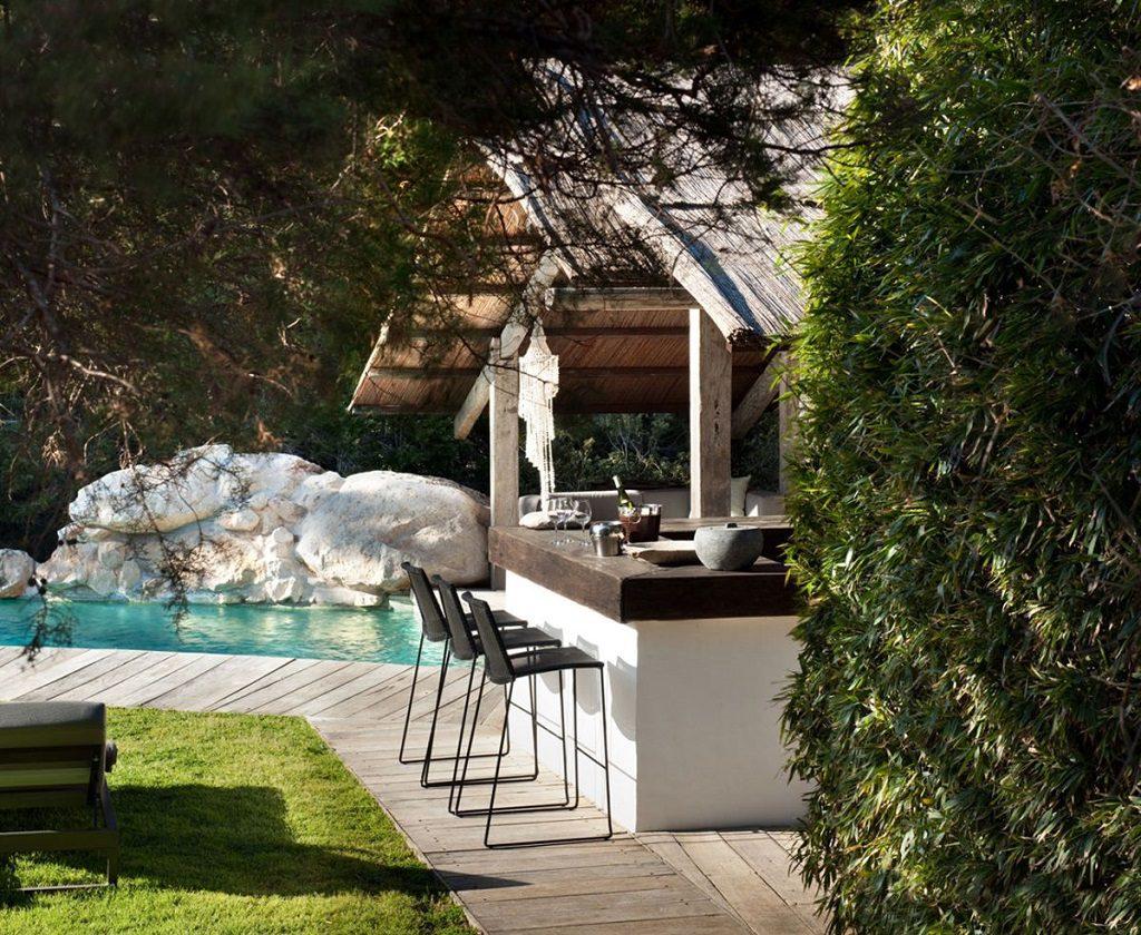 jardinypiscina 4 1024x840 - Casa rústica y moderna en Ibiza (Baleares): diseño mediterráneo que enamora