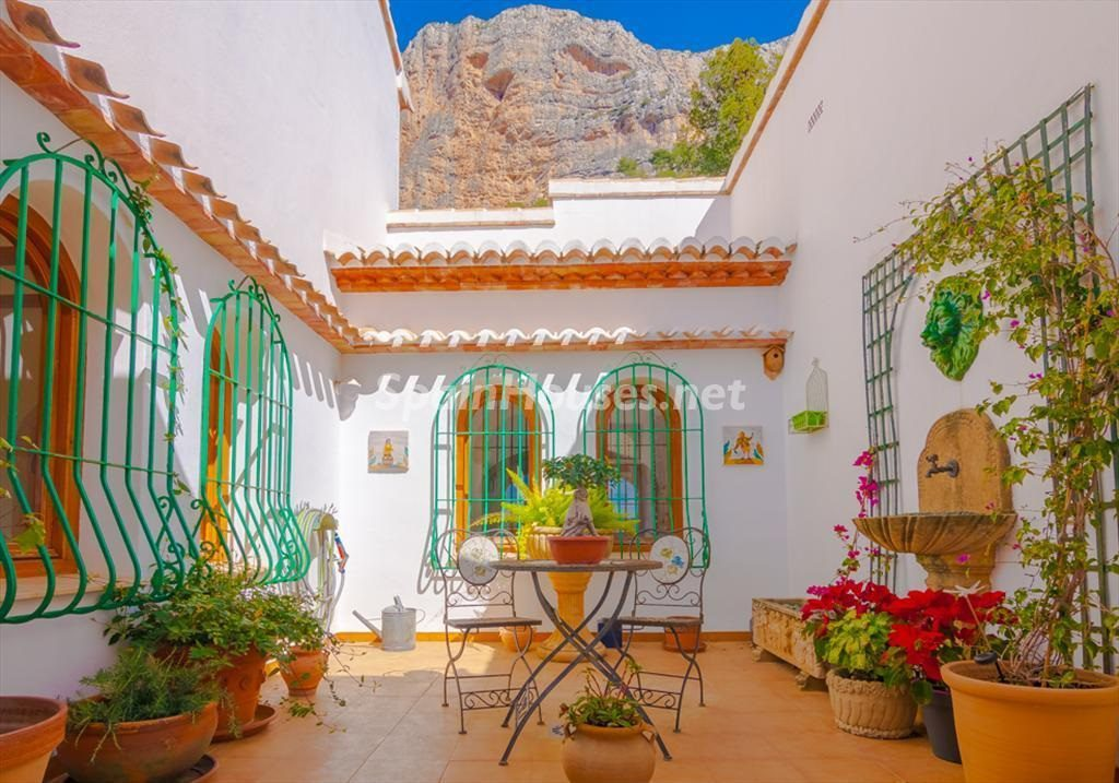javea alicante 7 1024x717 - Patios y rincones con sabor mediterráneo: espacios de luz y primavera