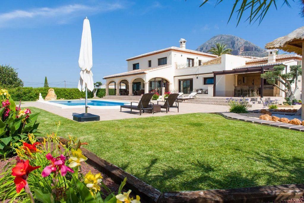 javea alicante 8 1024x684 - De verde y primavera: 18 espectaculares casas con un amplio y soleado jardín