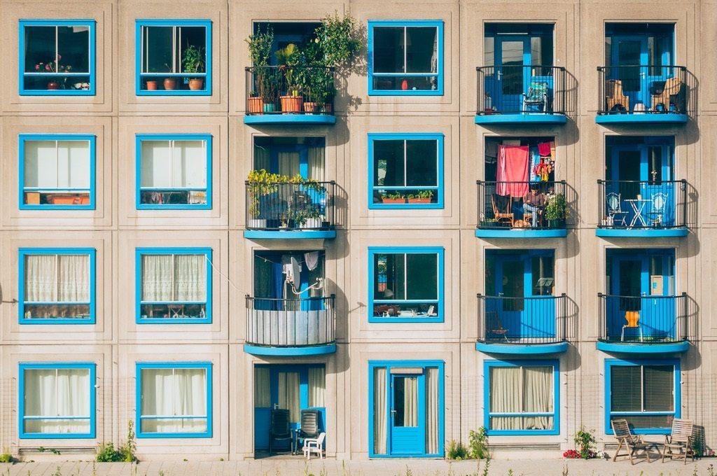 jovenes viviendas pexels 1024x680 - Plan de Vivienda: ¿Qué piso puedo comprar con la ayuda de 10.800 euros?