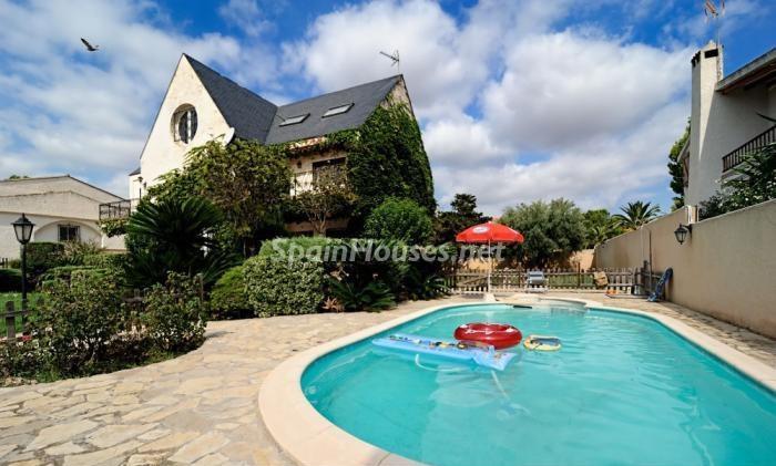 laeliana valencia 2 - Fantásticas piscinas de otoño en 14 geniales casas ideales para despedir el verano
