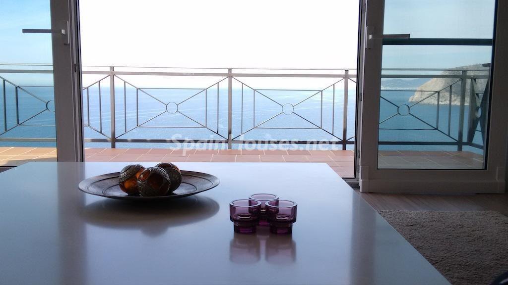 laherradura granada 2 1024x576 - 10 fantásticos salones modernos que se abren a la terraza, a la piscina o al mar