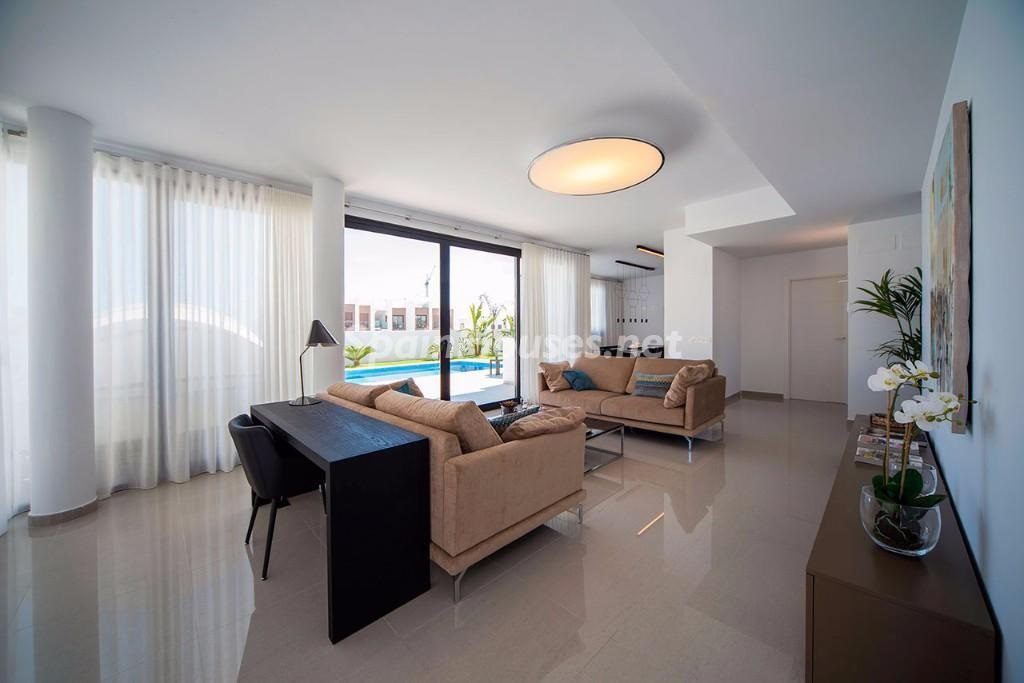 lamarina alicante 1024x683 - 10 fantásticos salones modernos que se abren a la terraza, a la piscina o al mar