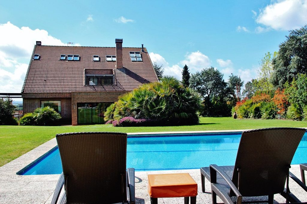 lasrozas madrid 4 1024x682 - De verde y primavera: 18 espectaculares casas con un amplio y soleado jardín