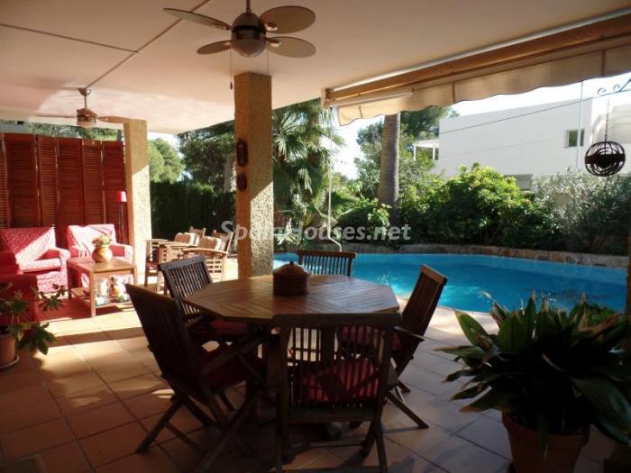 leliana valencia - 17 preciosas casas con rincones de encanto y sol para disfrutar los últimos días del otoño