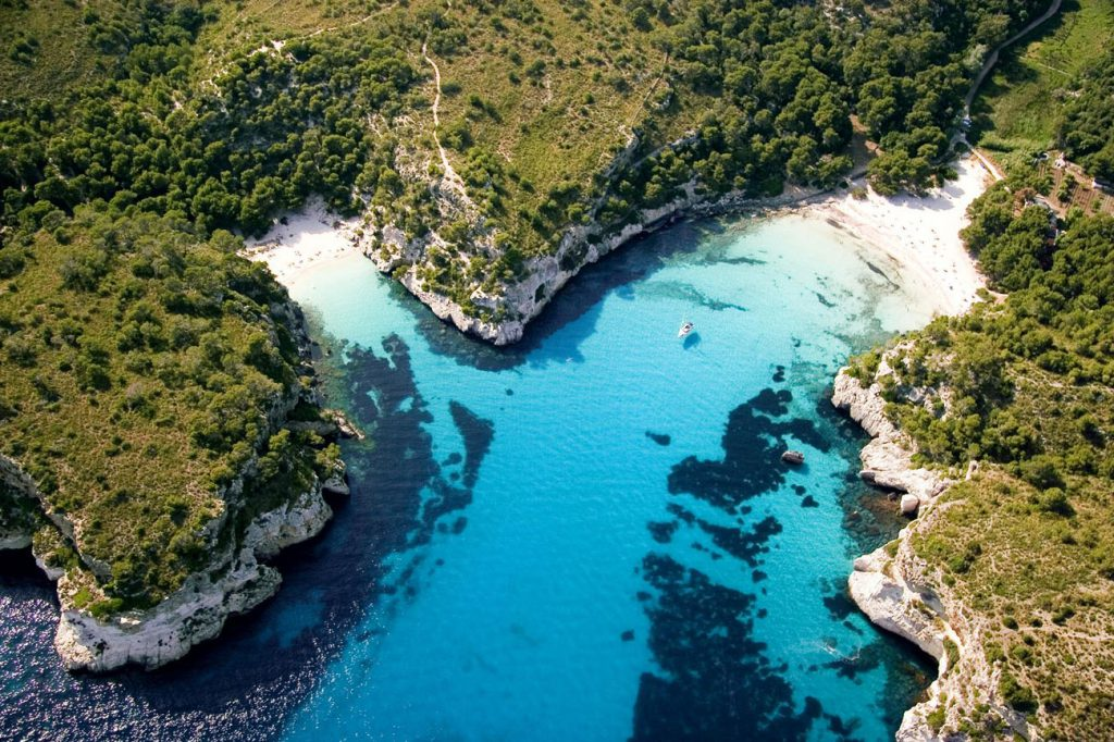 macarella y macarelleta menorca f2f5c448 1024x682 - Las mejores playas de España para visitar durante el verano