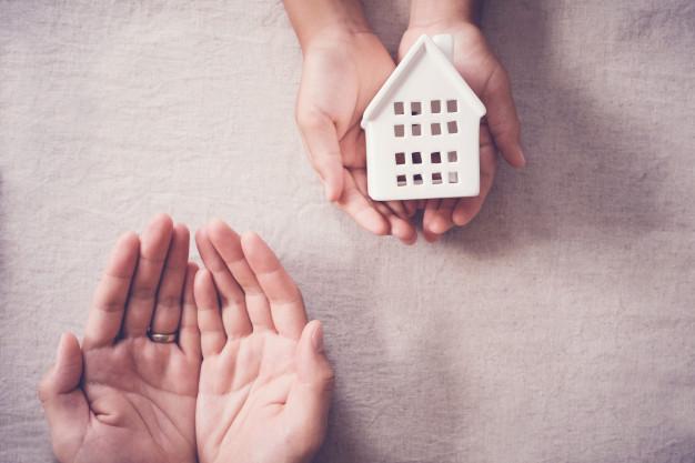manos adultos ninos casa blanca hogar familiar concepto refugio personas hogar 49149 625 - Donacion de vivienda: ¿Como hacerla? ¿costes? ¿compensa?