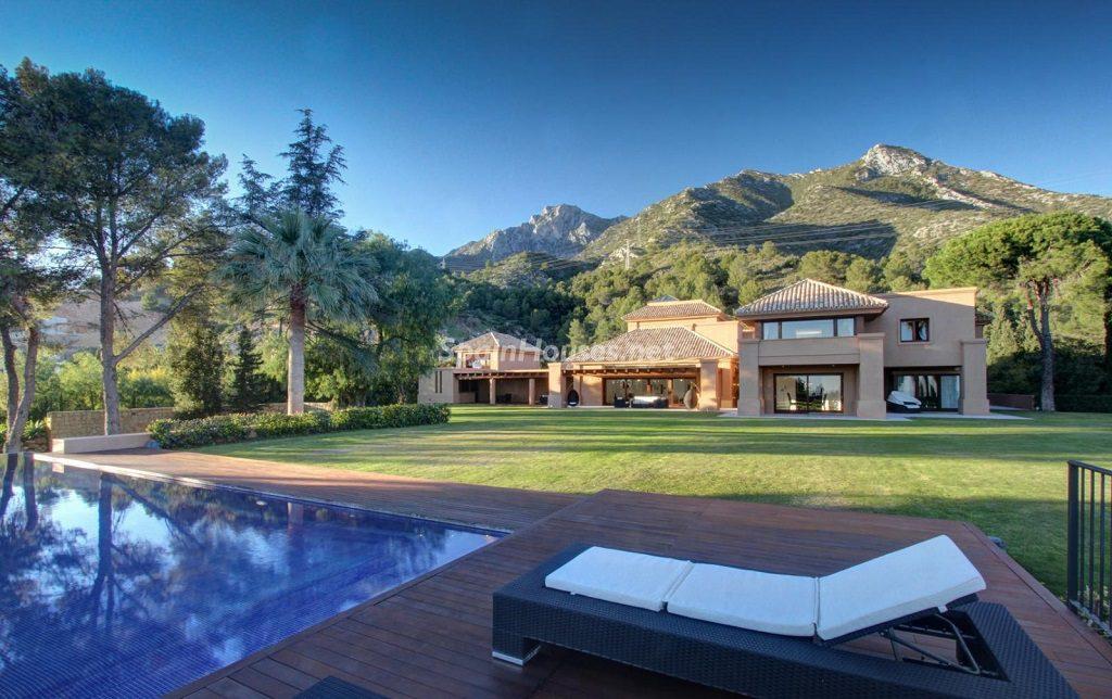 marbella malaga 14 1024x644 - De verde y primavera: 18 espectaculares casas con un amplio y soleado jardín
