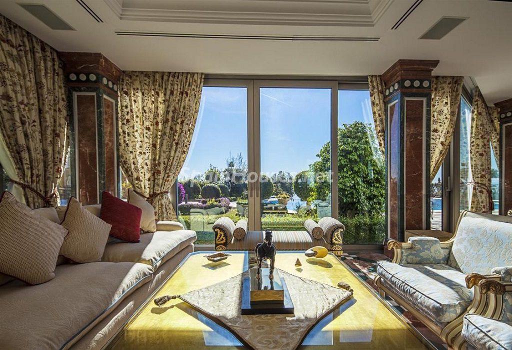 marbella malaga1 3 1024x699 - Toque clásico y moderno en 11 cálidos salones de elegante lujo otoñal