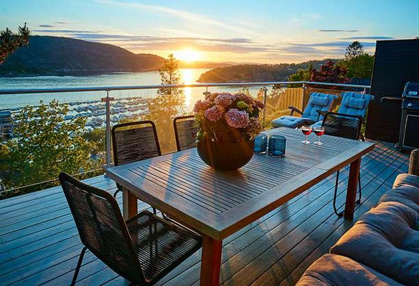 mobiliario de madera - Ideas para decorar espacios exteriores este verano