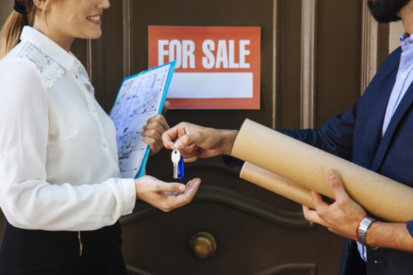 mujer recibiendo llave de agente inmobiliario 23 2147653349 600x400 - La Junta de Andalucía aprueba el Código Andaluz de Calidad Inmobiliaria