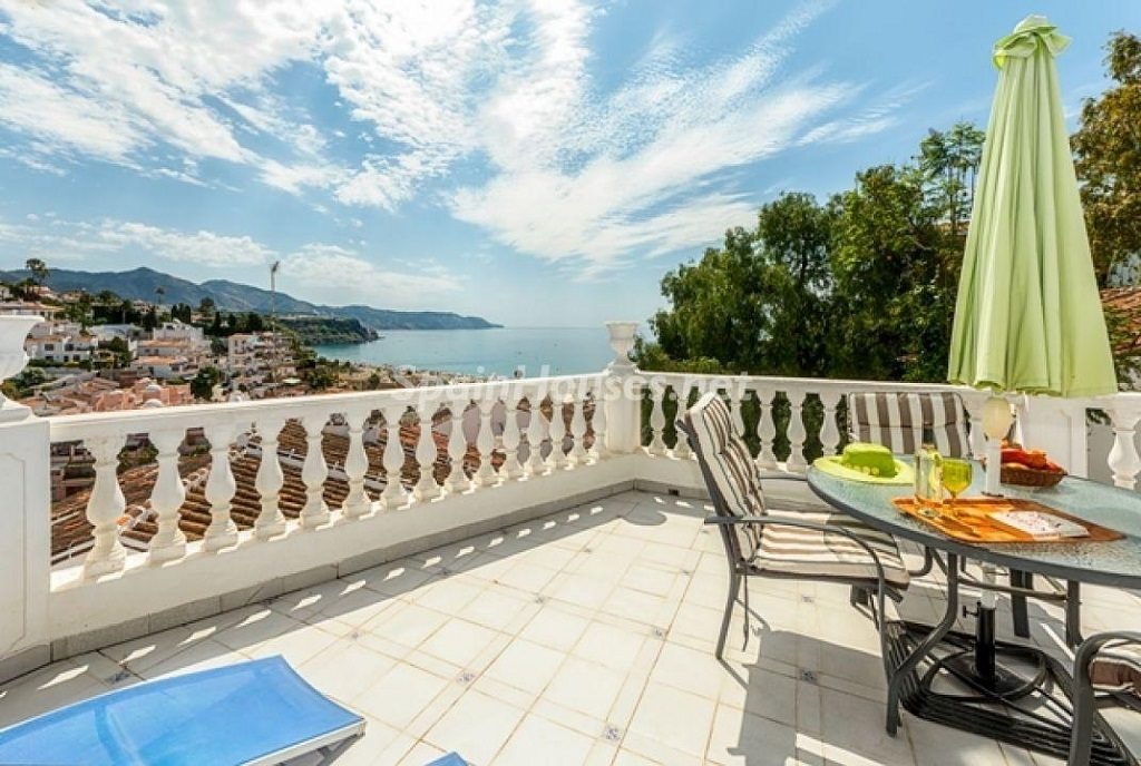 nerja playaburriana malaga 1024x688 - 23 viviendas de vacaciones perfectas para Semana Santa: playa, mar y naturaleza