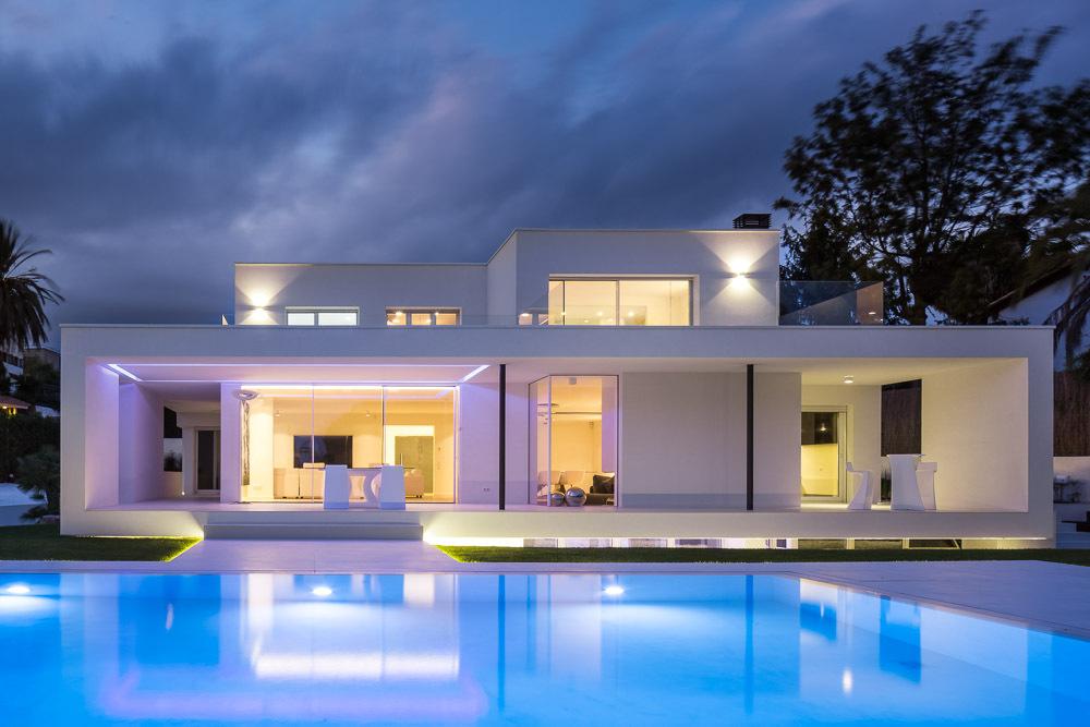 nocturna 2 - Casa en Alella (Barcelona), de diseño minimalista y piscina primaveral