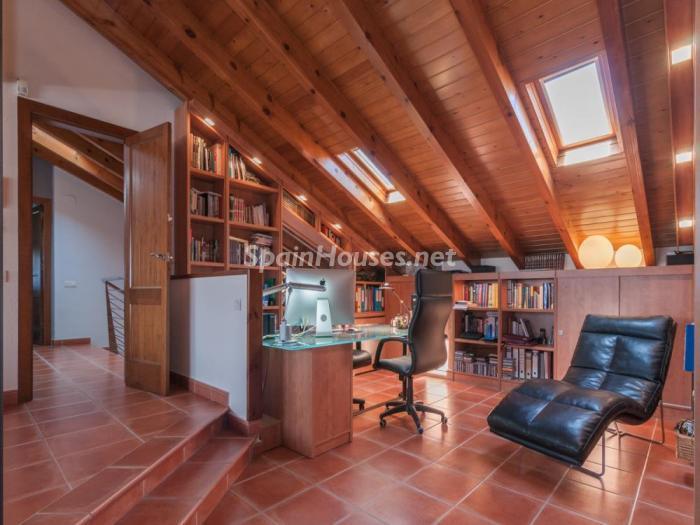 oficina abuhardillada - Fusión de ambientes en una elegante casa en Castelldefels (Barcelona)