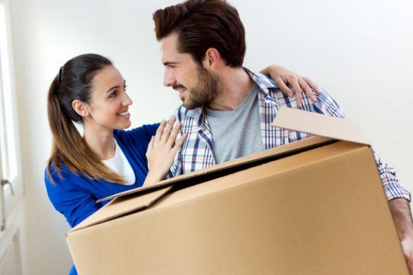pareja joven en movimiento en casa nueva 1301 7597 600x400 - Requisitos para solicitar las ayudas del nuevo Plan de Vivienda para compra y alquiler