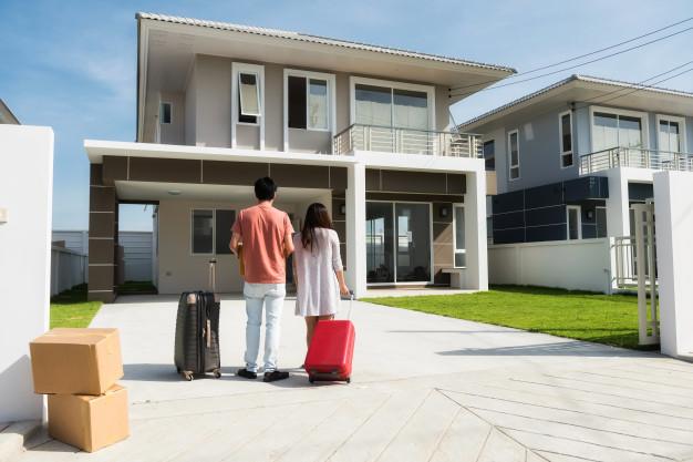 pareja mudarse casa nueva 33842 29 - Cómo influyen nuestras emociones a la hora de comprar una vivienda