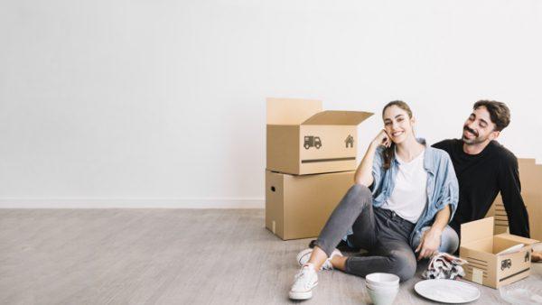 pareja sentada en suelo en piso nuevo 23 2147703560 600x338 - El PSOE quiere recuperar las ayudas a los jóvenes para acceder a una vivienda