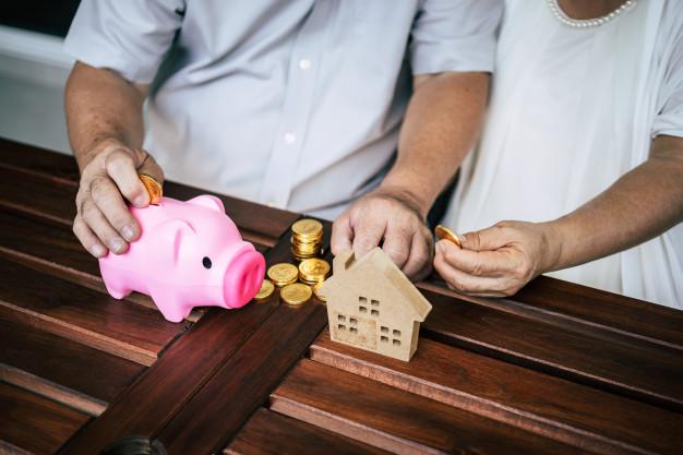 parejas mayores hablando finanzas alcancia 1150 7852 - ¿Por que no triunfa la hipoteca inversa en España?