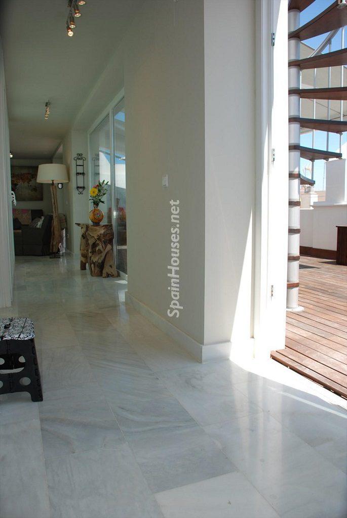 pasillo 3 685x1024 - Ático en alquiler de vacaciones en Cádiz, ideal para el puente o el carnaval