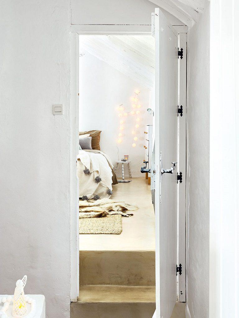 pasillo dormitorio 768x1024 - Navidad blanca, sutil y nórdica en un cortijo andaluz de ensueño en Málaga