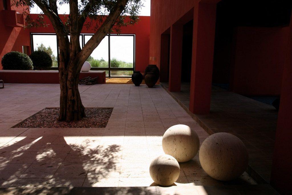 patio 2 1024x682 - Inspiración, color y elegancia en una preciosa casa en Sotogrande (Costa de la Luz, Cádiz)