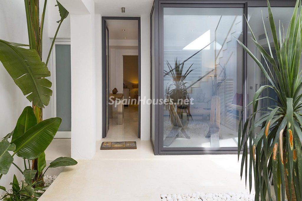 patio 6 1024x682 - Lujo minimalista para una escapada de vacaciones frente a Es Vedrà, Ibiza (Baleares)