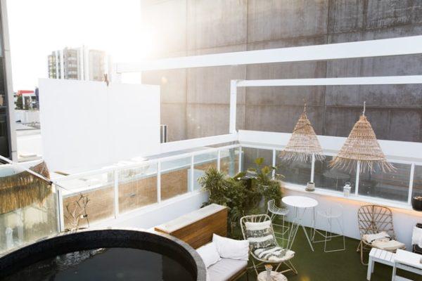 patio blanco 600x400 - Ideas para decorar una azotea o patio pequeño y crear un espacio del que disfrutar