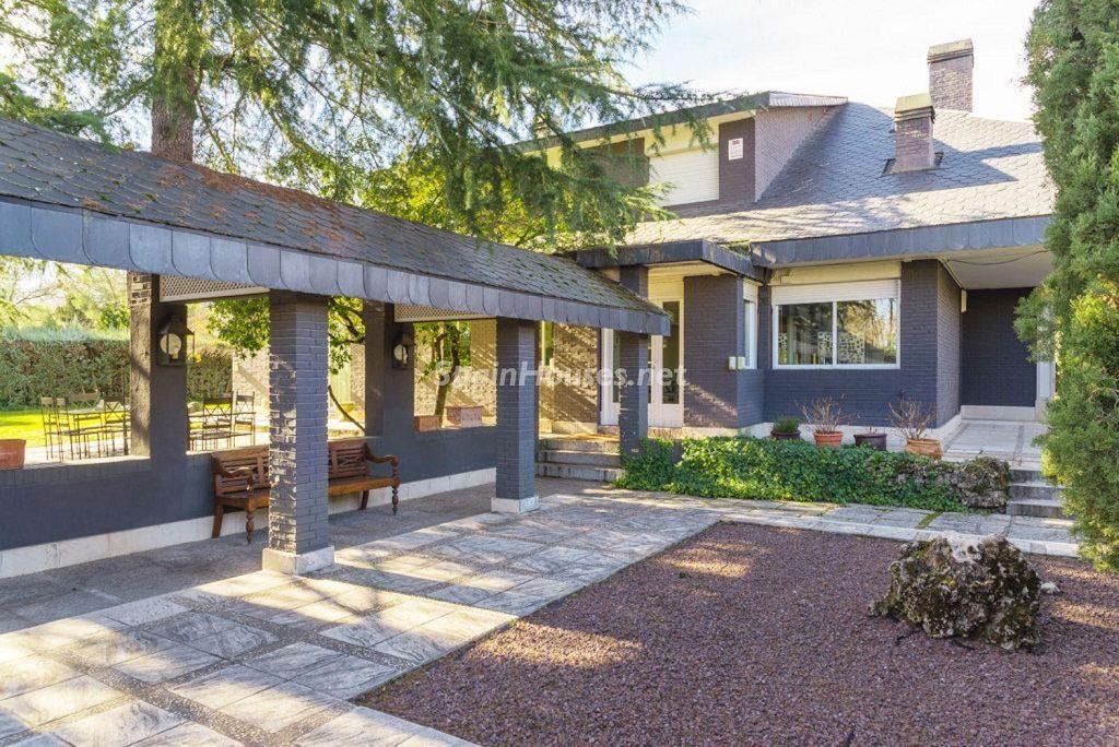 patio exterior 1 1024x684 - Fantástica casa con piscina y un hermoso jardín en Villanueva de la Cañada (Madrid)