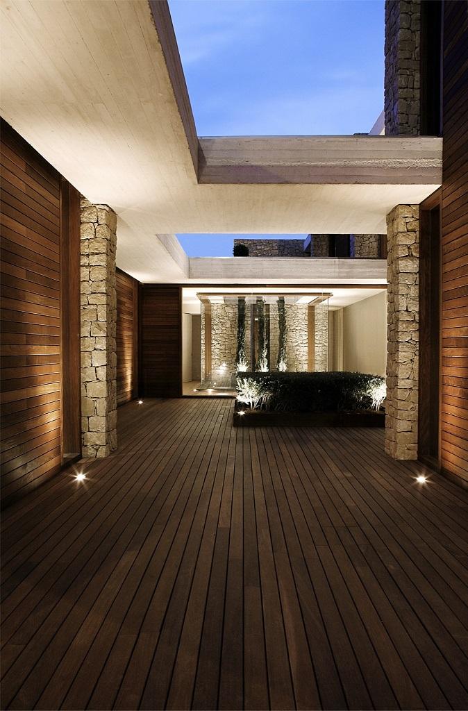 patio nocturna - Muros de piedra y patios en busca de luz en una espectacular casa en Valencia