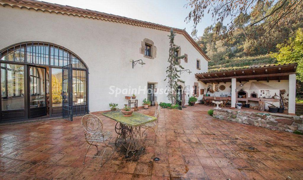 patio1 1 1024x608 - Masía en la montaña: una escapada a la naturaleza a 33 km de Barcelona