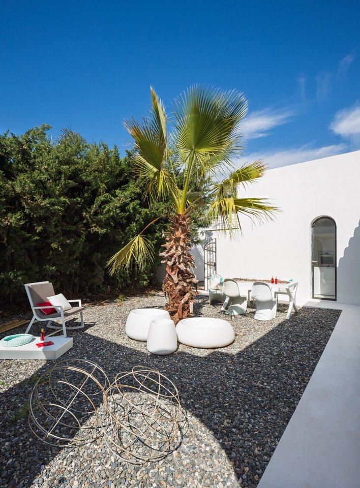 patio1 3 - Serenidad minimalista y mediterránea en una genial casa en Sotogrande (Cádiz)