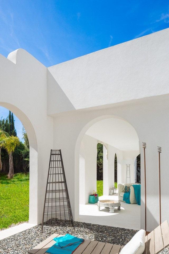 patio2 1 - Serenidad minimalista y mediterránea en una genial casa en Sotogrande (Cádiz)
