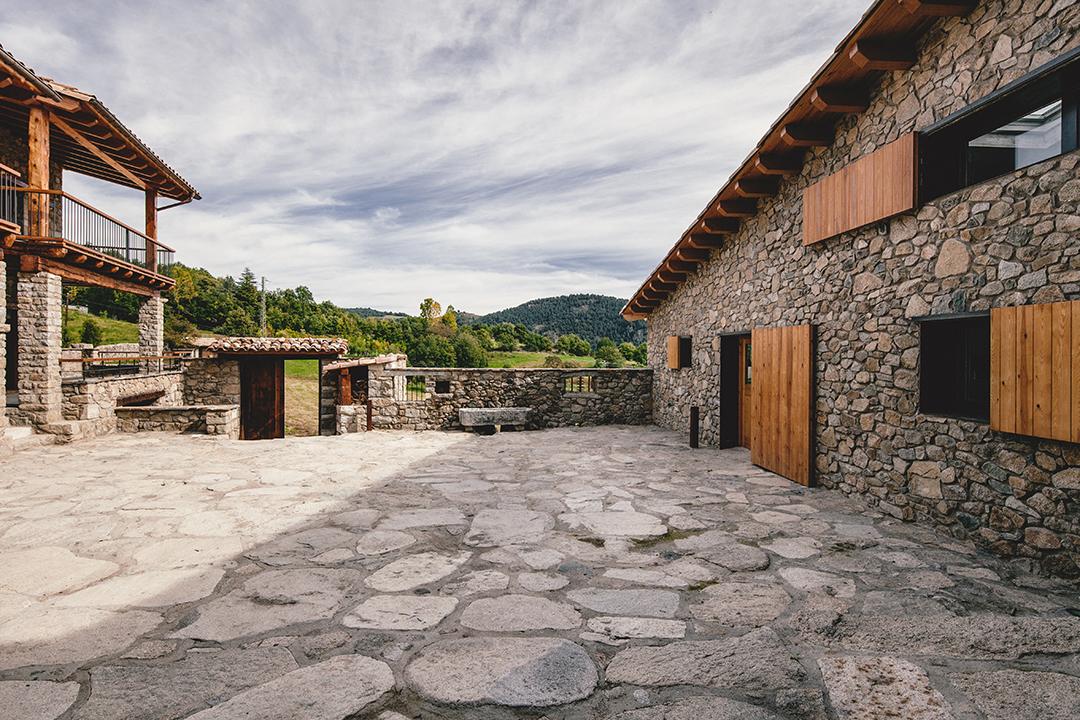 patio5 - La calidez de la madera en una fantástica casa rehabilitada en La Cerdaña catalana